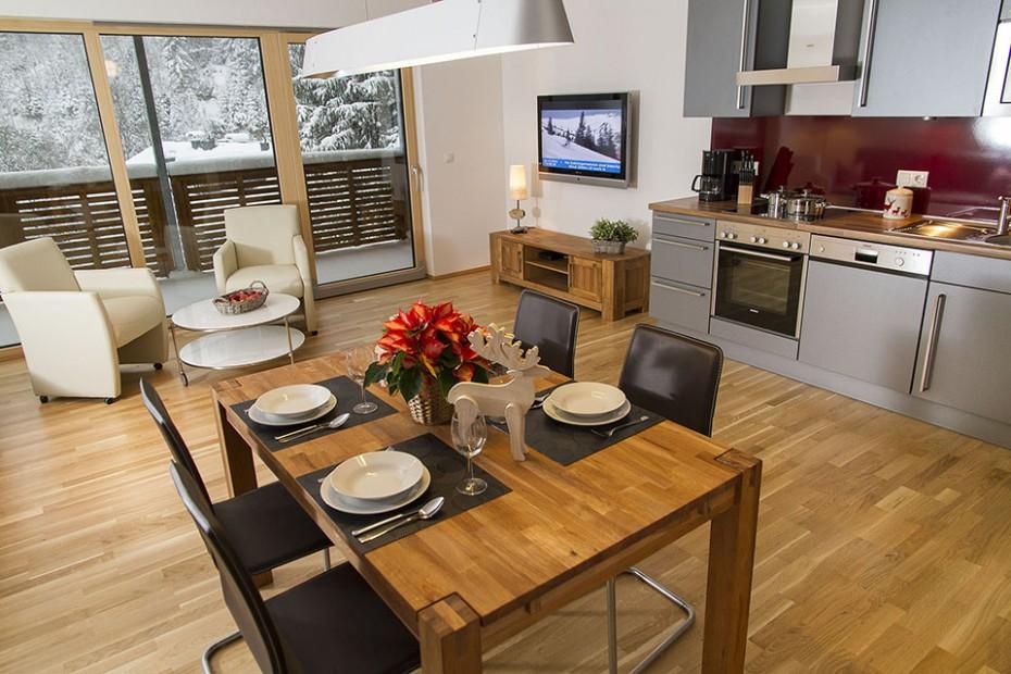 Loft-artiges Wohn- und Esszimmer mit Küchenzeile